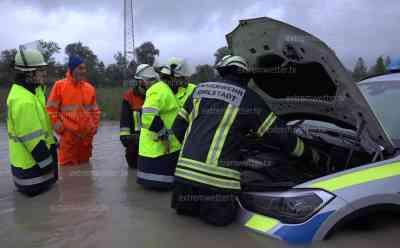 Polizeifahrzeug versinkt in Wassermassen – Bundesstraße überflutet und gesperrt - Ratte schwimmt durch Hochwasser (on Tape): Bis zu 1 Meter steht das Wasser auf der B2 – Wassermassen ließen dem Beamten keine Chance mehr zu reagieren