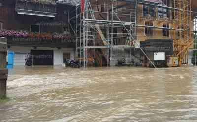 Hochwassersituation entspannt sich leicht in Oberbayern: Leitzach führt starkes Hochwasser, Autos stecken im Wasser fest, Wasser drückt es aus der Kanalisation: Pegel sinken leicht in Oberbayern, örtlich sind über 200 Liter auf dem Quadratmeter gefallen