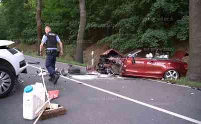 Frontalcrash fordert 3 Schwerverletzte: BMW und Skoda krachen frontal ineinander, beide Fahrzeuge werden in den Straßengraben geschleudert: Rettungshubschrauber wurde alarmiert, konnte aber an der Unfallstelle nicht landen, Trümmerfeld auf der B 173