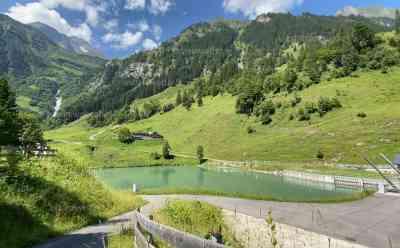 Heißestes Wochenende: Abkühlung in den Alpen, Menschenmassen auf Almhütten bei angenehmen 17 Grad, Kaiserwetter in den Bergen: Viele Menschen nutzen Großglocknerhochalpenstraße für Abkühlung, teilweise noch Schnee vom Montag auf den Bergen
