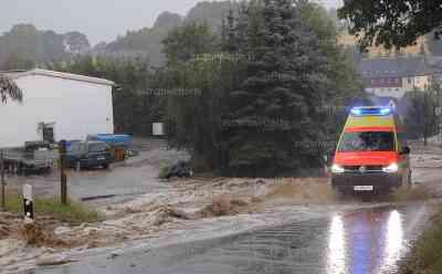 Schwimmbad nach Unwetter überflutet - Badesaison beendet: Neundorf wird von Schlammlawine getroffen, massive Überflutungen in der Ortschaft, Feuerwehren im Dauereinsatz: Wasser schießt von Feldern in die Ortschaft, Exklusivaufnahmen vom Unwetter