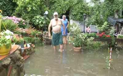 (Überflutungen) Autos stecken in Fluten nach Unwetter fest, Fäkalien in Garten: viel Regen in kurzer Zeit, Unterführung unter Wasser