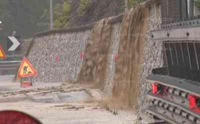 Hochwasser in Italien: massive Unwetter bringen Sturzfluten, Straßen und Grundstücke werden überflutet, Wasser schießt von den Bergen in die Täler: Autofahrer werden von Sturzfluten überrascht, heftige Nachtgewitter über Udine