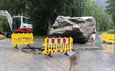 UPDATE - Schwerer Steinschlag Tirol: Unwetter verursachen massiven Steinschlag, Stein so groß wie ein LKW kracht ins Tal, riesiger Krater in Straße, Anwesen zerstört: Unwetter wüten auch in Tirol, weitere Aufnahmen folgen vom Brennersee