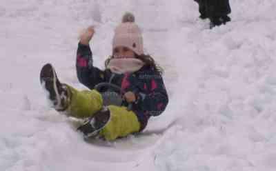 """Starker Wintereinbruch: 10 cm Schnee im Allgäu, Kinder rodeln und bauen Schnee rollen, Touristen überrascht, """"Ich habe leider nicht die Stiefel, sondern nur den Bikini eingepackt"""", Biergärten versinken im Schnee: Erste Rodelpartie, Autofahrer muss Schnee von seinem Auto kehren, Schneeballschlacht (live), """"Wir haben 28 °C gehabt und geschwitzt auf dem Gipfel und jetzt haben wir Schnee"""", zahlreiche O-Töne"""