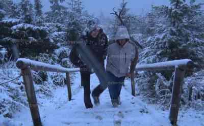 Starker Schneefall auf dem Fichtelberg: ohne Winterausrüstung kein Vorankommen möglich, Autos von Schnee bedeckt, Landschaft mit Schnee bedeckt, nach Sommerwetter nun 0 °C und Schneefall: Fichtelberg zeigt sich weiß, Dauerregen im Tiefland – Schnee auf den Bergen, nach Sommerwetter nun Kurzbesuch des Winters