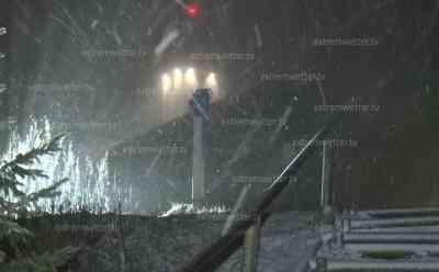 Wintereinbruch Erzgebirge: Kaltfront bringt den Winter ins Erzgebirge, Touristen flüchten ins warme Auto, Schneeverwehungen und dichtes Schneetreiben, Winterreifenpflicht nach warmen Herbstwetter: Sturm Eta verursachte Schneeverwehungen, Autos sind mit Schnee bedeckt, winterliches Plateau auf dem Fichtelberg