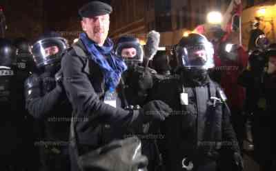 """Ausschreitungen Querdenkerdemo in Leipzig: Wieder versuchten Menschen Polizeikette zu durchbrechen, Polizei drückt Menschenmenge zurück und teilweise ins Gebüsch, Demoteilnehmerin stürzt live on tape: Querdenker werden im Hauptbahnhof von Polizei empfangen und singen """"Ohne Maske durch die Nacht"""""""