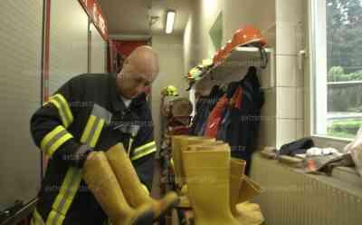 Feuerwehr füllt Sandsäcke und checken Gummistiefel, ergiebiger Dauerregen im Erzgebirge: Überflutungsgefahr besteht, Interview mit Pressesprecher Feuerwehr KfV Erzgebirge