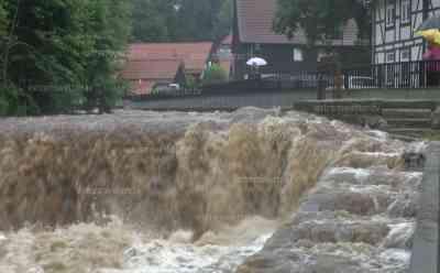 (Hochwasser stark) Schweres Hochwasser in Ilsenburg erwartet, enorme Wassermassen, Anwohner im Interview: Stadt verteilt Sandsäcke an Bürger, Wohnhaus droht überflutet zu werden