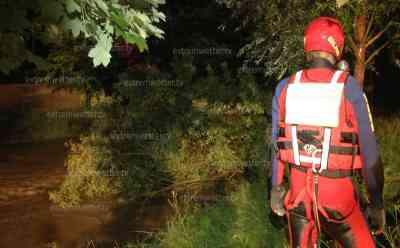 (Hochwasser stark) Derenburg steht vor Hochwasserkatastrophe, Pegel steigen massiv, Baum mit schweren Kran aus Wasser gezogen: hunderte Sandsäcke in Stellung gebracht, Baum im Wasser droht Derenburg zu fluten