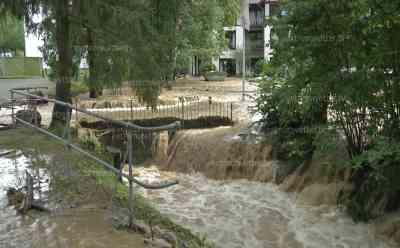 (Hochwasser extrem) Seniorenheim überflutet, Senioren evakuiert, Brücke weggerissen, Kat-Alarm Goslar, : Jugendliche drohen von Fluten mitgerissen zu werden, emotionale O-Töne
