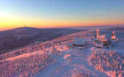 Einmalige Winteraufnahmen – Sonnenaufgang via Drohne über dem Fichtelberg: Drohnenaufnahmen des Winters, die man so nicht so schnell wieder sehen wird, kälteste Nacht des Jahres liegt hinter uns: Luftaufnahmen und Sonnenuntergang zusammen mit dem Fichtelberg ergeben einmalige Winteraufnahmen