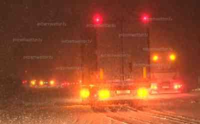 Schneechaos Autobahn 4: Verkehr bricht komplett zusammen, Autobahn muss voll gesperrt werden, auf allen 3 Fahrspuren querstehende LKW, extremer Schneefall, 10 cm Neuschnee in 15 Minuten: Kilometerlanger Stau durch querstehende LKW auf Autobahn, Schneefall mit Sichtweiten unter 30 Meter (on tape)