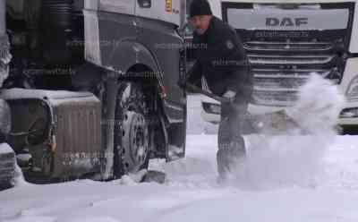 """Schneechaos in Sachsen: LKWs müssen freigeschaufelt werden, LKWs stecken teilweise 50 cm im Schnee, Grenzübergang wegen Schneechaos gesperrt, kilometerlanger Stau auf B 174, große Schneefräsen im Einsatz, Straßen wegen Schneeverwehungen gesperrt, Anwohner kämpfen gegen Schneeberge: """"Gestern Abend ging es noch, heute früh sah es bescheiden aus. Es hat ca. 30 cm geschneit und alles verweht. Wir haben heute früh dementsprechend die Arbeit."""""""