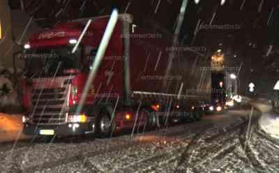 Schneetief erreicht Sachsen: viele querstehende LKW nach intensiven Schneefällen, LKW stehen zu viert hintereinander, kommen an Steigungen nicht mehr hinauf, gefährlich glatte Straßen: Intensive Schneefälle sorgen auch auf dem Gehweg für Probleme, Mutter mit Kind quälen sich durch den Schnee