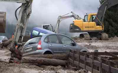 Dorf von der Außenwelt abgeschnitten, Mure verschüttet deutsche Autos, 1 Tote: tödlicher Unfall mit deutscher Beteiligung durch Aquaplaning