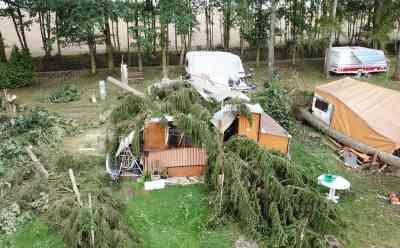 (Tornadoschäden) Tornado zerstört Campingplatz, riesige Bäume krachen auch Wohnwagen: Luftaufnahmen vor Ort: Windhose richtet enorme Schäden an,