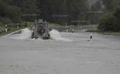 Hochwasser in Bayern, Straßen wegen Überflutungen voll gesperrt: über 150 l/qm an Niederschlag, Radfahrer kämpfen sich durch Fluten