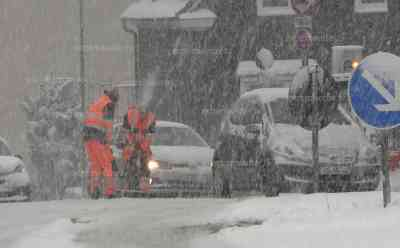 Schneechaos in NRW: Verkehr bricht zusammen, heftiger Wintereinbruch und spiegelglatte Straßen zum Berufsverkehr, Busse, LKWs und Autos kommen nicht mehr voran, starkes Schneetreiben mitten im April: Schneetief erreicht den Westen Deutschlands - Drohnenaufnahmen vom Stau