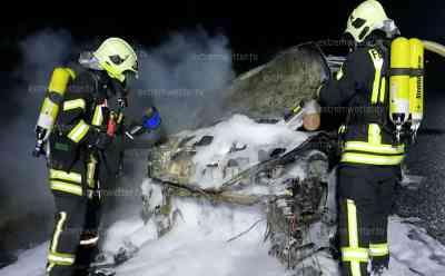 Und Plötzlich brennt das Fahrzeug: Opel Fahrer bemerkt Flammen aus Motorbereich, stellt sein Fahrzeug ab und kann nur noch zuschauen, wie die Flammen sein Fahrzeug zerstören: Feuerwehr löscht brennenden Opel mit Schaum ab, vermutlich technischer Defekt als Ursache