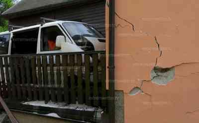 Transporter kracht frontal in Hauswand – Fahrer tot: Vermutlich gesundheitliche Probleme führten zu dem Unfall, Haus einsturzgefährdet – Decke muss abgestützt werden: Retter kämpfen über eine Stunde um das Leben des 64-jährigen Fahrers – vergebens