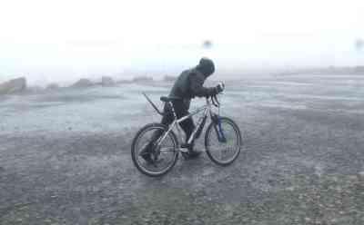 (Orkan, stark) Schwerer Orkan BROCKEN, Radfahrer im Orkan, Familien in Lebensgefahr: Menschen kämpfen gegen Sturm, Böen von über 130 Km/h