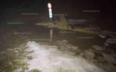 Unwetter über Südbayern: Hagel-Downburst zerlegt Maisfeld förmlich, zahlreiche Blitze zucken am Himmel (on tape), Überflutungen durch Unwetter auf dem Land: Unwettergefahr auch am Sonntag sehr hoch, Hagel, Orkanböen und Überschwemmungen drohen