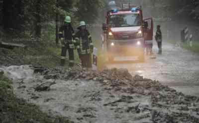 Hochwasser durch Unwetter in Bayern: Murenabgang auf Kreisstraße, Mure verschüttet Straße – schwere Technik im Einsatz, Feuerwehr kämpft gegen Überflutungen, Hagelmassen in Gräben: Feuerwehren im Landkreis Miesbach im Dauereinsatz, Hochwasser durch Unwetterfront