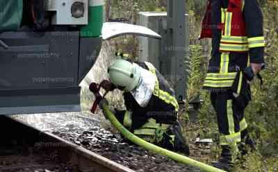 Triebwagen der Vogtlandbahn fängt Feuer: Triebwagen fängt Feuer, Lockführer unternimmt erste Löschversuche – vergebens, Feuerwehr mit 45 Kameraden im Einsatz: Triebwagen muss nachfolgend mit Lüfter belüftet werden, Bahnstrecke voll gesperrt