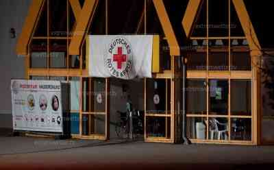 Brandanschlag auf Impfzentrum in Sachsen: Unbekannte werfen mehrere Molotowcocktails auf das Impfzentrum Eich im Vogtland, Feuerwehren im Großeinsatz: Polizei sucht mit Hubschraubern nach Tätern, wichtigstes Impfzentrum in Ostdeutschland nun von feigem Anschlag betroffen