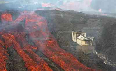 Lavahölle: Dramatische neue Bilder aus La Palma, einzigartige Filmaufnahmen, Häuser in Flammen, neuer Lavafluss walzt sich durch die Ortschaften im Katastrophengebiet, exklusives Interview mit deutschem Vulkanexperten: Gefahrenzone: Unglaubliche Drohnenbilder zeigen die Naturgewalt hautnah