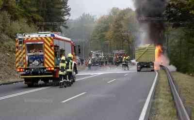 Traktorbrand mitten auf Bundesstraße 174: Flammen schlagen in den Himmel (on tape), Transitstrecke Tschechien – Autobahn A 4 voll gesperrt, B 174 erst zwei Stunden wiedereröffnet: B 174 war wochenlang wegen Baumfällarbeiten gesperrt, 2 Stunden nach Wiedereröffnung auf Grund des Traktorbrandes wieder voll gesperrt