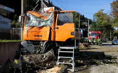 LKW kracht frontal gegen Baum und fällt diesen: Feuerwehr muss erst Baum zersägen, bevor der LKW Fahrer gerettet werden konnte: Straße für zwei Stunden gesperrt, Unfallursache unklar