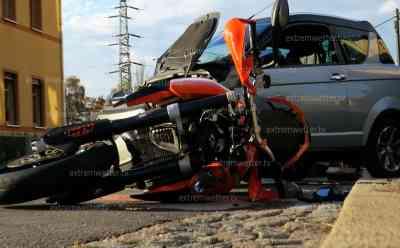 KTM kracht in Leichtkraftfahrzeug: KTM Fahrer und Sozia schwer verletzt, Fahrer des Leichtkraftfahrzeug leicht verletzt, Axiam Fahrer übersah KTM: Feuerwehr im Einsatz, Unachtsamkeit führte zu Unfall
