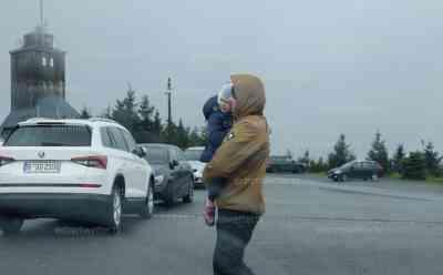 """Sturmtief Ignatz wütet auf dem Fichtelberg: Vater bringt Kind in Sicherheit, Familie flüchtet vor Sturmtief, Bänke vom Sturm umgeworfen, Fichtelbergschwebebahn stellt Betrieb ein.: Urlauber: """"Es hat heute Nacht ganz schön gewackelt, wir sind auf dem Weg nach Österreich"""""""