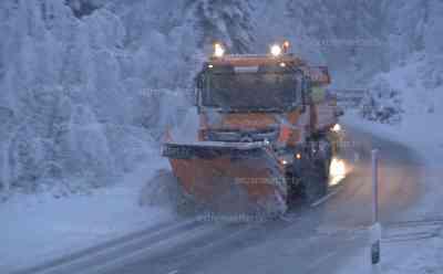 Winterchaos im Allgäu, über 30 cm Neuschnee, Schneefräse in Aktion: glatte Straßen und Starkschneefälle, Winterausrüstung erforderlich, alles tief verschneit