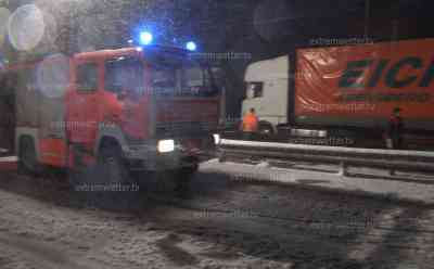 Schneechaos Brennerautobahn: LKW stehen quer, kaum ein voran kommen, viel Neuschnee: Feuerwehr im Schneetreiben und hilft bei der Bergung, verschneite Brennerautobahn