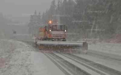Starkschneefall auf der A 93: 5 cm Neuschnee bedeckt Autobahn in kürzester Zeit, kaum Sicht, Winterdienst in Aktion: Winter auch im Flachland angekommen, Auto Fahrer kämpfen gegen Witterungsbedingungen