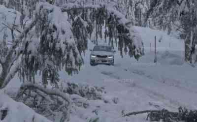 50 cm Neuschnee: Schwarzwald versinkt im Schnee, Autos von viel Schnee bedeckt, starke Fräsen im Einsatz, Winterdienst im Dauerstress: