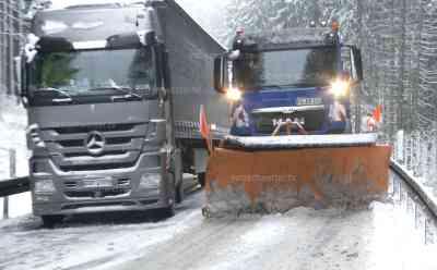 Schneechaos Erzgebirge: dutzende querstehende LKW, selbst mit Schneeketten geht nix voran, Winterdienst steckt selbst im Stau: Kilometerlanger Stau, Straßen extrem glatt, LKW Fahrer machtlos gegen Nassschnee