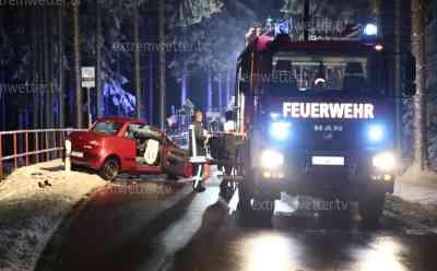 Auto kracht frontal gegen Baum, Fahrerin schwer verletzt: Teilweise winterliche Straßenverhältnisse bei Temperaturen um den Gefrierpunkt