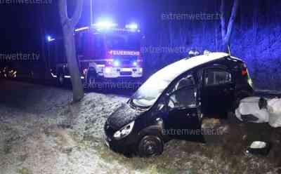 Schwerer Unfall bei gefährlicher Glätte: Schnee und Eis machen Straßen zu Rutschbahnen, Feuerwehr musste mit Vorsicht zur Unfallstelle ausrücken