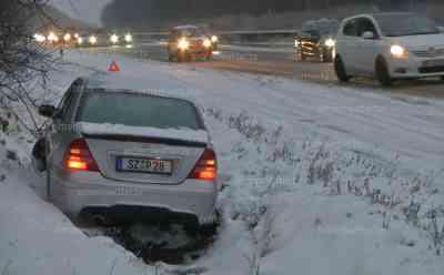 Schneechaos in Hessen: 20 Km Stau, Mercedes auf A 7 im Graben versenkt, extreme Glätte, Autofahrer on tape