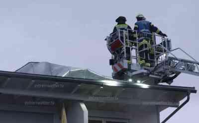(Neue Bilder) Orkan Burglind: Orkan deckt Dach von Wohnhaus ab, Blechdach droht fort zu fliegen, Hagel und Zeitraffer vom Unwetteraufzug: Feuerwehr versucht mit Spanngurten über die Drehleiter das Dach zu sichern