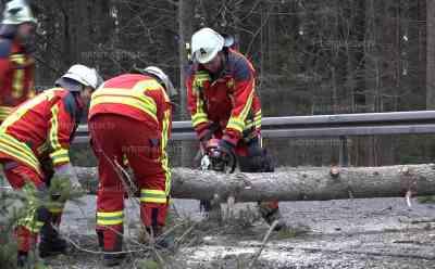 Orkan zieht über Hohenpeißenberg hinweg und hinterlässt Schäden: Baum blockiert die B472 und sorgt somit für Feuerwehreinsatz, Orkan lässt Bäume im Wald umfallen, Starkregen zieht über das Land