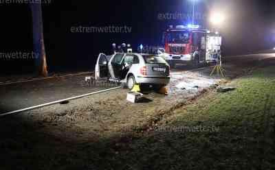 2 Tote bei schwerem Verkehrsunfall: Ehepaar stirb bei Frontalcrash mit Baum: beide Insassen im Fahrzeug eingeklemmt, schweres Rettungsgerät im Einsatz