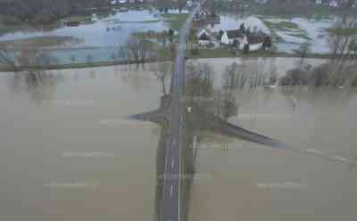 (Tauwetter, Hochwasser, stark) Starkes Hochwasser an der Donau; Drohnenbilder: Überflutungen aus der Luft: Straßen gesperrt; Riesige Flächen vom Hochwasser überflutet
