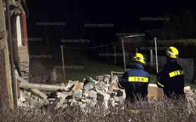 Schwer verletzte Person nach Explosion in einem Wohnhaus: THW muss Haus wegen Einsturzgefahr absichern
