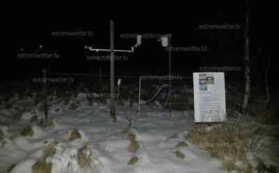 Kälteste Nacht des Winters: - 23,3 °C, kälteste Nacht des Winters droht, ideale Kältebedingungen im erzgebirgischen Kälteloch: Wetterstation in eisiger Luft, glitzernder und knirschender Schnee, kälteste Region Deutschlands